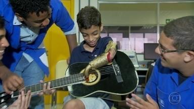 Menino ganha prótese para realizar o sonho de tocar violão - Equipamento foi criado especialmente para ele por uma equipe de automação industrial do Sesi/Senai