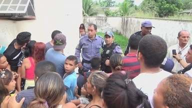 Grupo protesta contra mulher presa por incêndio que resultou em morte no AM - Populares invadiram delegacia.