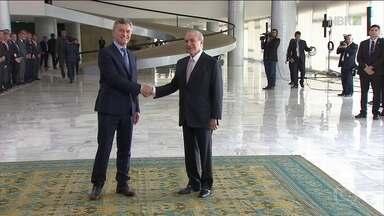 Macri é recebido por Temer em cerimônia no Palácio do Planalto - Presidente da Argentina fez visita oficial a Brasília. Ele passou as tropas presidenciais em revista e, em seguida, subiu a rampa do palácio.