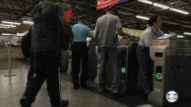 Fraudadores do Bilhete Único agem tranquilamente em estações do Metrô - Mesmo depois de a SPTrans ter cancelado milhares de cartões, os fraudadores continuam agindo tranquilamente. A equipe do Bom Dia São Paulo percorreu também estações do metrô e foi fácil encontrar os fraudadores dentro e fora das estações.