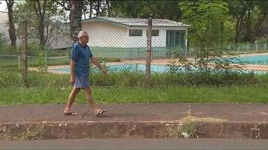 Moradores de Foz do Iguaçu reclamam da situação precária das calçadas - As calçadas da cidade tem vários tipos de problema, desde mato alto, lixo, buracos e materiais de construção deixados em locais indevidos.