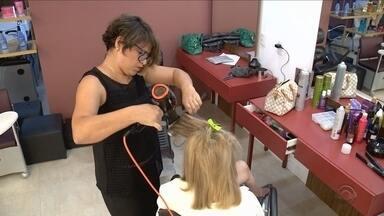 Lei regulamenta profissionais que trabalham em salões de beleza - Lei regulamenta profissionais que trabalham em salões de beleza