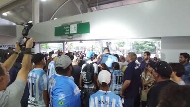 Torcedores agridem jogadores do Londrina em desembarque após eliminação na Copa do Brasil - Clima tenso na chegada dos jogadores após a desclassificação na Copa do Brasil