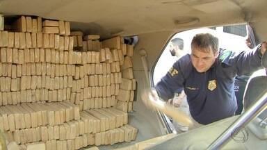 PRF faz a maior apreensão de droga este ano em MS, 3,5 toneladas - A Polícia Rodoviária Federal (PRF) fez a maior apreensão de maconha deste ano em Mato Grosso do Sul, 3,5 toneladas da droga. A carga seria levada para Goiás. Dois suspeitos estão foragidos.