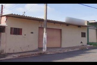 Juiz reage a assalto e dois criminosos morrem baleados em Uberlândia - Terceiro suspeito fugiu em um carro de passeio com arma em punho. Ocorrência foi registrada em lanchonete no Bairro Luizote de Freitas.