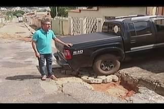 Buracos causam transtorno para cadeirantes, pedestres e motoristas em Patrocínio - Morador filmou cadeirante caindo em um dos buracos da cidade causados pela chuva. Prefeitura disse que trabalha para tapar buracos.