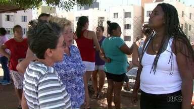 Moradores protestam contra paralisação das obras do colégio do Residencial Vista Bela - Segundo a construtora responsável pela construção, a obra parou por causa da falta de repasse do governo federal.