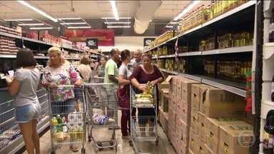 Moradores estocam comida e enfrentam filas para pagar contas no ES - No sétimo dia de paralisação, as ruas de Vitória amanheceram mais movimentadas. Os estoques dos supermercados estão cheios, mas algumas pessoas resolveram se precaver.