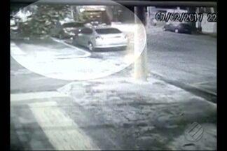 Câmeras flagram queda de mangueira na av. Generalíssimo Deodoro, em Belém - Outro pedestre que caminhava do outro lado da rua por pouco não foi atingido.