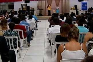 Evento 'Reage Brasil' é realizado em Uberaba - Deputado federal Marco Feliciano (PSC) esteve no evento. Houve protesto no local; manifestantes levaram cartazes contra homofobia.