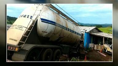 Carreta desgovernada atinge casa e criança de 12 anos morre - O acidente aconteceu em Capanema. A menina dormia quando a carreta invadiu a casa.