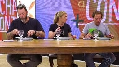 Participantes entregam o prato da segunda prova do 'Fecha a Conta' - Jurados experimentam os pratos