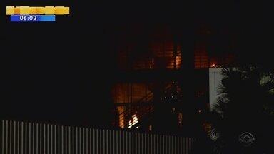 Bombeiros combatem incêndio em fábrica de tintas de Criciúma - Bombeiros combatem incêndio em fábrica de tintas de Criciúma