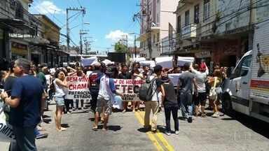 Estudantes e funcionários de duas unidades da Faetec fazem protesto no Rio - Um grupo de alunos da Escola Técnica do Barreto, em Niterói, fez uma manifestação na Rua General Castrioto. Em Marechal Hermes, na zona norte, o protesto foi de professores.