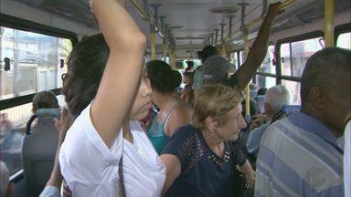 Usuários de ônibus reclamam das condições dos veículos em Franca, SP - Flagrante mostra que motorista parou no meio do terminal para embarcar os passageiros, além de ônibus estarem com pneus gastos.