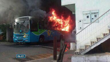 Mais um ônibus é incendiado em Vila Velha, ES - Coletivo Transcol foi incendiado em Vila Garrido.Três casas foram atingidas pelas chamas.