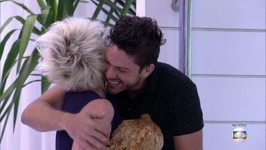Ana Maria Braga dá galinha para Luiz Felipe - Depois de tanto brigar dentro da casa por causa de ovo, a apresentadora brinca com o ex-BBB que nunca mais faltará ovo na vida dele!