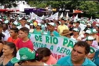 Manifestantes protestam contra a reforma da previdência social em Montes Claros - Aposentados e trabalhadores de 76 cidades do Norte de Minas participaram.