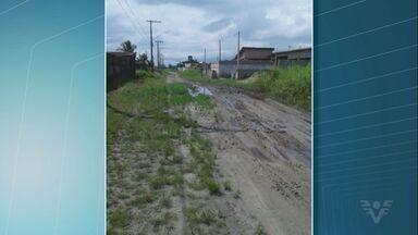 Em Itanhaém, moradores reclamam da situação das ruas do bairro Jamaica - Eles falaram que os carros ficam atolados nas ruas de terra e há muitos buracos.