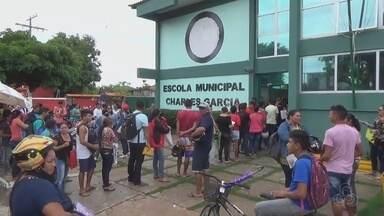 Em Parintins, no AM, milhares de pessoas enfrentam fila em busca de emprego - Prefeitura abriu 1032 vagas na área da educação.