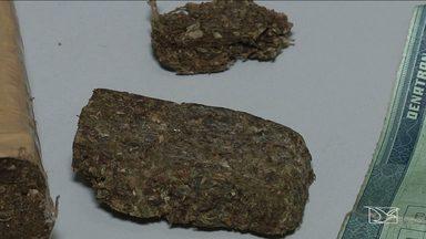 Polícia Rodoviária apreende cerca de dois quilos de maconha prensada em Caxias - A droga foi apreendida dentro de um veículo que estava com a documentação adulterada.