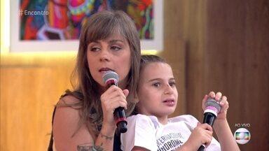 Cunhada de Marcelo D2 fala sobre a síndrome de Angelman - Carol conta que Liora está em processo de aprendizado para melhorar a comunicação. Ela percebeu algo diferente no desenvolvimento da filha quando Liora tinha apenas 4 meses
