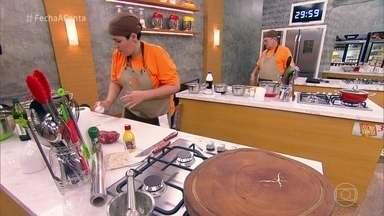 Confira a prova churrasco de miúdos - Cozinheiros enfrentam problemas com ingredientes e tempo limitado, mas conseguem entregar seus pratos