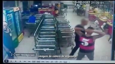 Bando mascarado e armado assalta supermercado em Niterói - O mercado fica na Alameda São Boa Ventura, no Fonseca. Câmeras de segurança registraram a ação dos bandidos. Eles conseguiram levar todo o dinheiro dos caixas e depois fogem.
