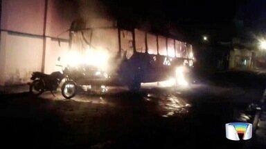 Ônibus pega fogo no centro de Paraibuna - Causas do incêndio ainda vão ser investigadas.