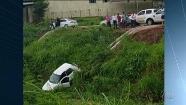 Motoristas em alta velocidade caem em córrego de Rio Verde, na região sudoeste de Goiás - Prefeitura diz que vai instalar barreiras de proteção no local.