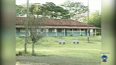 Três são presos por participar de estupro coletivo em Paulo de Faria - Três pessoas condenadas em um caso de estupro coletivo contra dois menores que chocou a cidade de Paulo de Faria (SP), em 2009, foram presas nesta quinta-feira (16). Dos três presos, duas mulheres foram levadas para a cadeia de Nhandeara (SP) e um homem para Catanduva (SP).