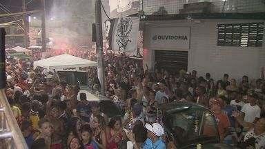 Homem é espancado por dezenas em banda de organizada do Santos; vídeo - Confusão generalizada assustou moradores e há relatos de um arrastão.