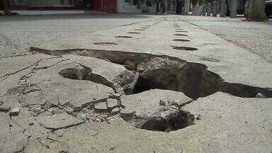 Falta de infraestrutura causa transtornos no Calçadão do Comércio - Pedestres são impossibilitados de transitar livremente no local.