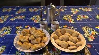 Aprenda a preparar um biscoito tradicional na região da Serra do Cipó - A aposentada Antônia Terezinha Ferreira ensina a preparar a receita de família.
