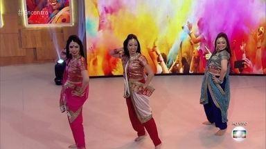 Cultura indiana inspira bloco em São Paulo - Bloco Bollywood: integrantes ensinam a coreografia para Leandra Leal