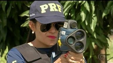 Velocidade nas estradas preocupa Polícia Rodoviária no Carnaval - A preocupação é com o excesso de velocidade. Cerca de 92 mil motoristas foram multados pelos radares da PRF no Brasil nos seis dias da operação carnaval do ano passado.