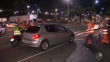 Foliões reclamam de esquema de transporte na saída dos circuitos do carnaval - Tem aqueles que reclamam dos ônibus cheios e os que se revoltam com uma velha prática dos taxistas: cobrar fora do taxímetro.