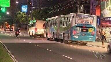 Sem ônibus, comerciantes bancam transporte de funcionários no ES - Falta de coletivos à noite dificulta funcionamento comercial.
