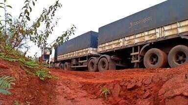 Atoleiros dificultam o escoamento da safra - Na região do Chapadão do Rio Verde, caminhoneiros ficam mais de uma semana parados com veículos atolados. O trecho crítico é na MT-358 e tem cerca de 150 km.