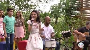 Maria Vitória, do 'The Voice Kids' , canta 'Águas de Março' - A cantora mirim lê poesia para Zeca Camargo