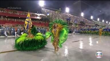 Marquinhos e Giovanna são o primeiro casal de mestre-sala e porta-bandeira da Tuiutí - A força da natureza brasileira está representada na onça pintada em meio à mata, fauna e flora, unidas pelo figurino do primeiro casal de mestre-sala e porta-bandeira.