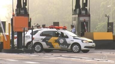 PMs que inventaram roubo de viatura voltam atrás e confirmam 'assalto' - A Polícia Militar instaurou um inquérito para apurar o caso do roubo de um carro da PM em São Paulo que foi perseguido pela rodovia dos Bandeirantes, na madrugada de segunda-feira (27), em Itupeva (SP), onde um criminoso morreu. A polícia divulgou uma nota informando que os PMs envolvidos na ocorrência teriam mentido ao informar que foram rendidos por homens fortemente armados.