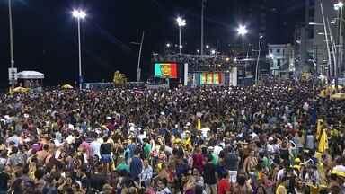 Salvador reúne 750 mil turistas para o Carnaval - Eles se juntam à multidão que aproveita a última noite de folia.