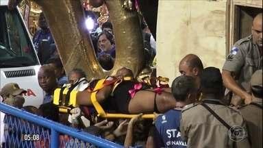 Acidentes mancham desfiles das escolas de samba no RJ - A beleza do desfile das escolas de samba foi manchada por alguns acidentes com carros alegóricos. Várias pessoas ficaram feridas. A fiscalização deve ser mais rígida para evitar novos problemas no futuro.