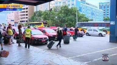 Taxista engata ré e atropela agente da EPTC - Samu foi chamada.