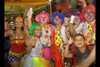 Foliões curtiram o carnaval em Abaetetuba com muita alegria e energia - A galera não parou de brincar nem com a forte chuva que caiu durante o a passagem do bloco carnavalesco