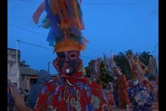 O bloco 'Unidos do Morro' tirou de casa os tradicionais mascarados fobós em Óbidos - O folião sai fantasiado de palhaço assustador, mas que não faz mal a ninguém