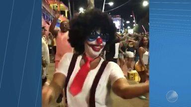 Ivete se fantasia de palhaça e pula o carnaval na Pipoca, em Salvador - A baiana divulgou as imagens da folia nas redes sociais; confira.