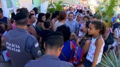 Limitação de 70 doses por posto em Cariacica gera filas e reclamação - Moradores dizem que número é inferior à quantidade de pessoas que aguardam imunização.
