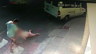 Vídeo mostra idosa de 95 anos sendo arrastada por criminoso no ES - Assalto aconteceu em Cachoeiro de Itapemirim, à luz do dia.